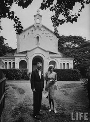 US Ambassador Henry Cabot Lodge Jr. and his wife leaving St. Christopher's Anglican-Episcopal Congregation Church after services on Sunday. 9-1963 par VIETNAM History in Pictures (1962-1963)
