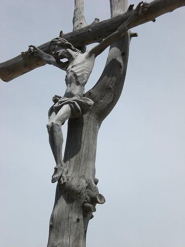 Holzgeschnitztes Wegkreuz im Grödental