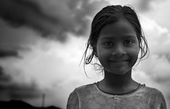 Nia (Udaipur, India) (StudioKrrusel) Tags: poverty street portrait people blackandwhite bw india blancoynegro girl smile canon calle chica child gente retrato nia sonrisa udaipur pobreza untouchable intocable 400d