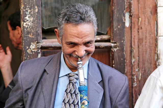 エジプト、カイロ、水タバコを吸う男性