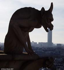 Gargouille croquant la tour Montparnasse (Paris)