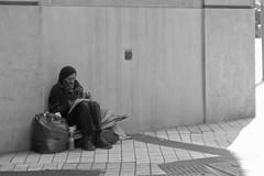 Lectura (Vanesa LV.) Tags: blackandwhite blancoynegro calle buenosaires personas pobreza
