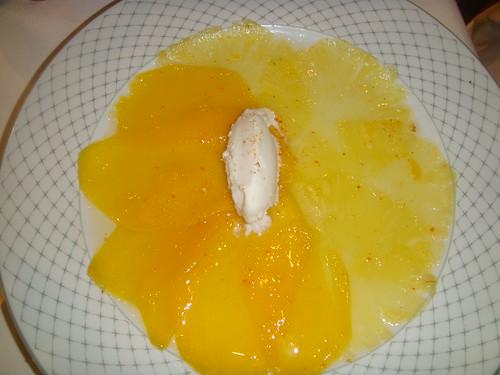 Carpaccio de piña y mango con helado de coco