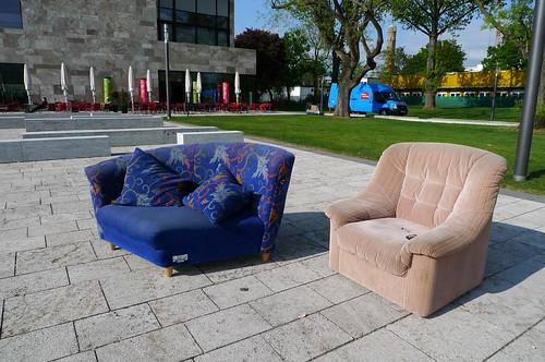 Sofa und Sessel im Freien auf dem Uni Campus Westend. Mai 2010