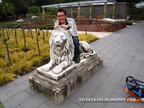 kif on lion statue