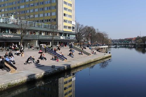 運河沿いで日光浴