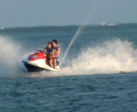 miley-cyrus-nick-jonas-jet-skiing