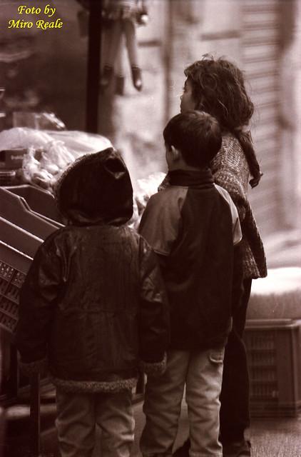 bambini  davanti la bancarella