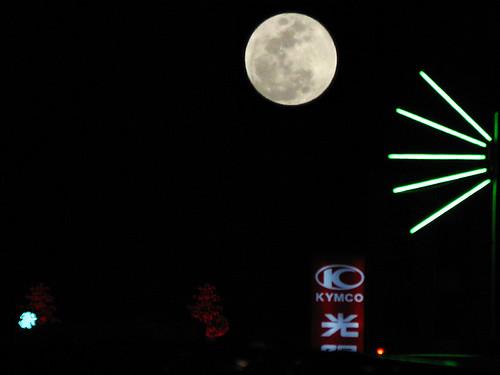 元宵節剛升起的月亮又大又圓又明亮  http://www.flickr.com/photos/anchime/3268817534/