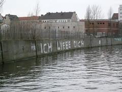 Verliebt (web.werkraum) Tags: urban white berlin germany deutschland typography verliebt lettering spree schrift weiss liebe beton ruf versalien schriften gruss vorfrhling spreeufer stadtlandschaft niederschneweide berlinschneweide webwerkraum karinsakrowski
