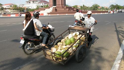 064.推著椰子剩殼的小販