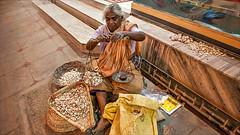 Lady Garlic • Madurai (Henk oochappan) Tags: city travel woman india canon eos women asia 2006 madurai tamil tamilnadu southindia dravidian indianwomen canoneos5d oochappan indianphotography indianlady img0562 tamilwoman tamillifeculture tamilwomen maduraicitylife