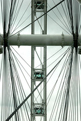 The confusing lines ... - DSC_2149 (~Nisa) Tags: flyer singapore asia cityskyline marinabay observationwheel rafflesavenue singaporeflyer giantobservationwheel 30rafflesavenue marinabaywaterfront drkishokurokawa dparchitectssingapore