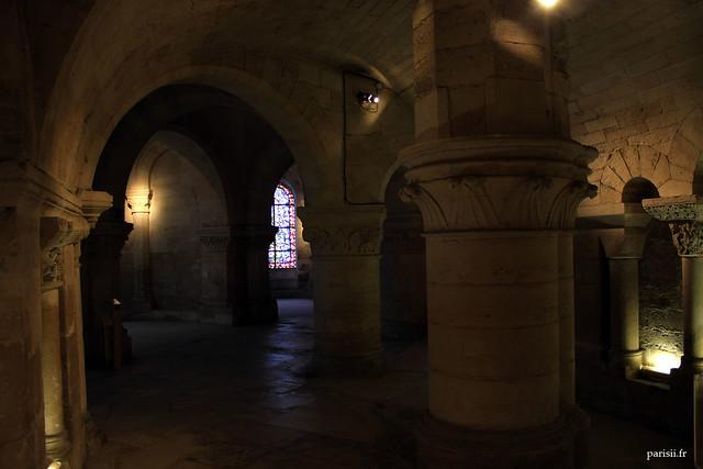 Les vestiges de lancienne église romane sont assez évidents dans la crypte