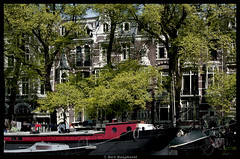 Spring in Amsterdam .. (bert.raaphorst) Tags: trees amsterdam boats houseboat canals springtime canaltrip woonboot springinamsterdam amsterdamsegrachten lenteinamsterdam treesalongthecanals nikkor70300vrii