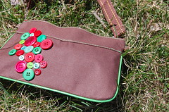 Brown Zipper purse - green + red (kuyshi.) Tags: brown buttons bags bolsa purses mala