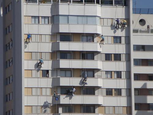 Trabalhadores limpam prédio
