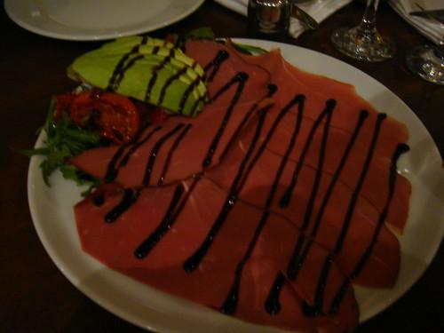Petto d´anatra affumicato con avocado, pomodorini secchi balsamico ridotto