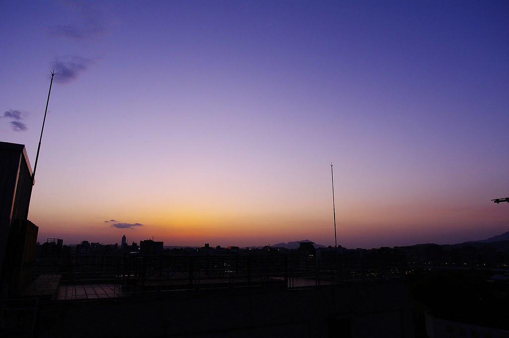 昨天看天氣不錯,便爬上屋頂拍照 :)