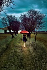 Parawicca 1 (RolanGonzalez) Tags: arbol rojo chica campo paraguas siniestro dramatico