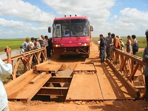 Wankele bus op wankele brug