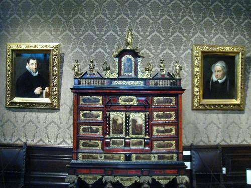 Cabinet & Rubens portraits