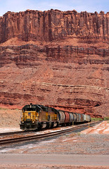 20040709_2619...Approaching the mine at Potash, Utah (listorama) Tags: railroad train geotagged utah mine track tracks coloradoriver unionpacific moab potash locomotives freighttrain ut2004 gradecrossing potashmine sr279 h900h