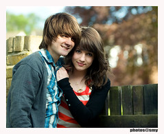 Young love (solamore) Tags: girls portrait sky music sun love boys outdoors video bokeh song amor adolescente canon20d young younglove teenagers teens garoto garota jovem namoro vini cristie youtube mysteryjets canonef70200mmf28lis