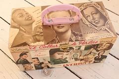 Maletinha Retrô - Grande (Acessórios Gisele Moura) Tags: necklace moda artesanato artesanal bijuteria botão fuxico estilo accessories bolsa trapo colar retrô mala mão maleta tecido rolha malha retalho retalhos madreperola trapilho acessóerios
