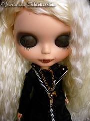 Duna von S. (Nuria von Schlotterstein) Tags: white dark carved doll gallery vampire ooak gothic von carving nuria lips blythe fangs custom duna vampiro takara vamp vampira bego colmillos dolland schlotterstein