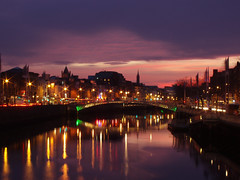 The River Liffey in the heart of Dublin (DaveKav) Tags: city bridge ireland sunset dublin reflection silhouette night river lights dusk bridges olympus liffey hapenny noctune starbursts e510 aplusphoto