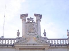 Escudo municipal de la Ciudad de Aguascalientes (roblestjorge) Tags: azul cielo lampara cantera aguascalientes escudo pilares corniza leonalado