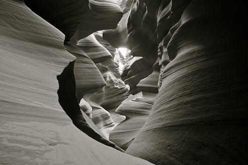 フリー画像| 自然風景| 峡谷の風景| ロウワーアンテロープキャニオン| アリゾナ州| アメリカ風景| モノクロ写真|     フリー素材|