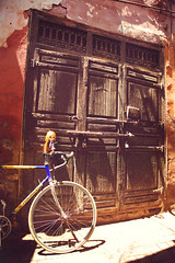 Mai @ the Souks, Marrakech, Marocco (r e n a t a) Tags: africa trip travelling doll plastic mai maroc marocco marrakech marrakesh kenner blythe ブライス boneca marrocos plástico leisurelygrass maithetravellingkenner thetravellingdoll
