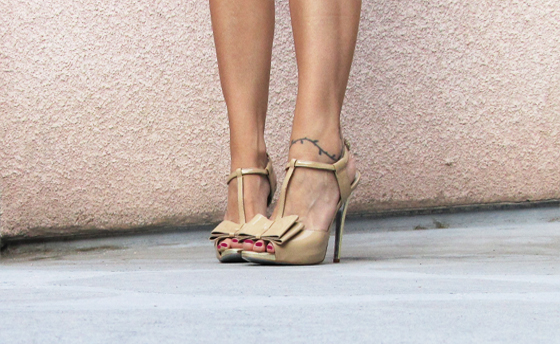 Jessica-Simpson-nude-patent-heels-bow3