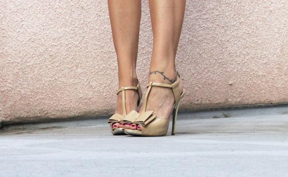 Jessica-Simpson-nude-patent-heels-bow3