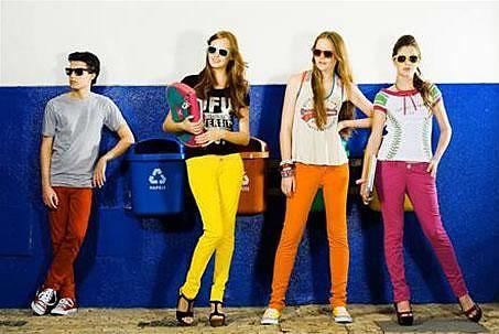 usar calças coloridas