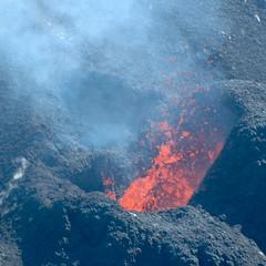 Lava Splash (antoinewalter) Tags: volcano lava runion lave volcan pitondelafournaise cratredolomieu