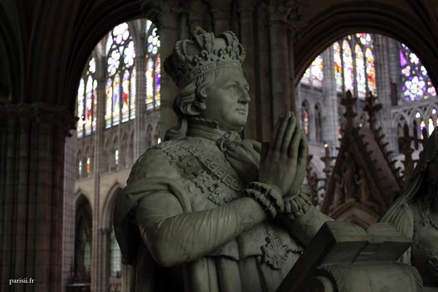 Les statues avaient été commandées par Louis XVIII et achevées en 1830, pour le retour des cendres des souverains