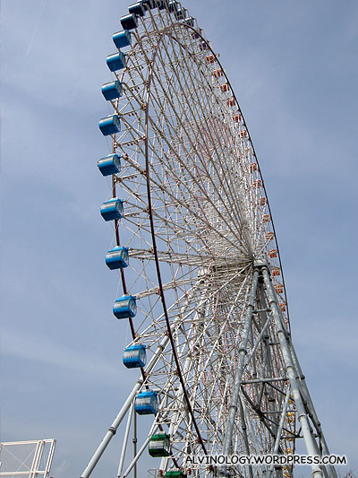 Theres a ferris wheel besides the Kaiyukan