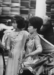 9-1963 Paris Ngo Dinh Nhu & her daughter Ngo Dinh Le Thuy, while at a fabric store. par VIETNAM History in Pictures (1962-1963)