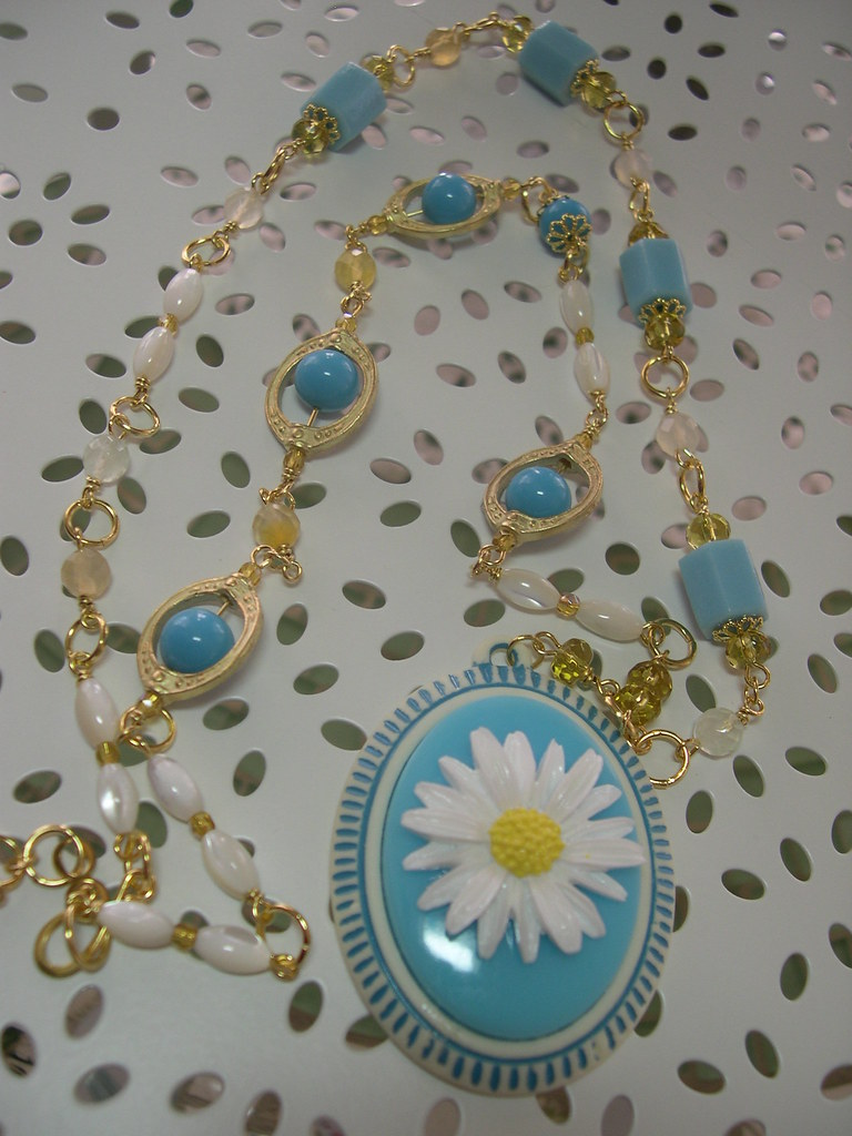 She Loves Daises Long Necklace