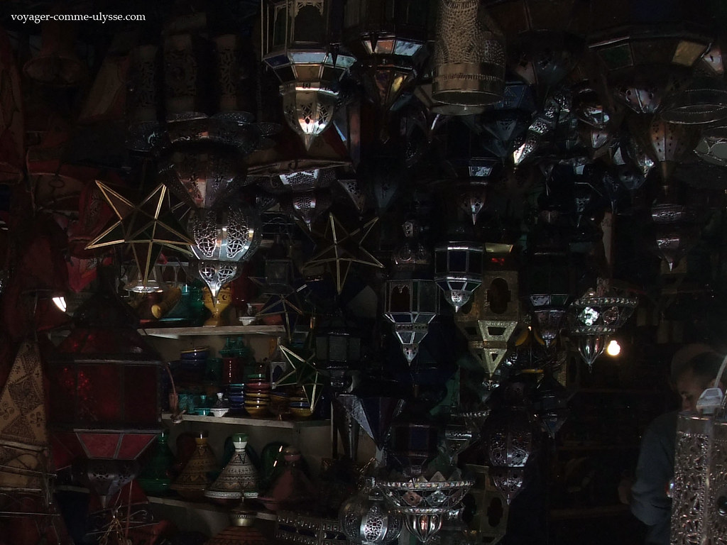 Lanternas vendidas numa loja do zoco