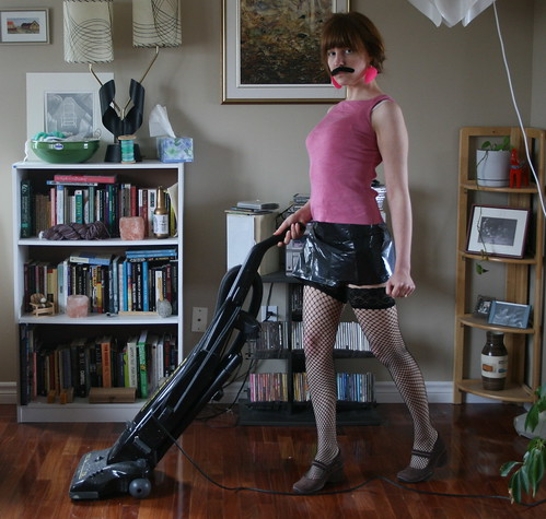 フリー画像| 人物写真| 女性ポートレイト| 白人女性| 髭/ヒゲ| 掃除機|      フリー素材|
