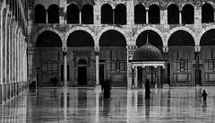 Grand Mosque of Damascus (*Glueckskind*) Tags: reflections women islam religion pray middleeast mosque syria schwarzweiss damascus spiegelung damaskus syrien beten moschee blackwhitephotos canon400d platinumheartaward