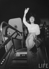 9-1963 Madame Dinh Nhu Ngo waving from the stairs of an airplane par VIETNAM History in Pictures (1962-1963)