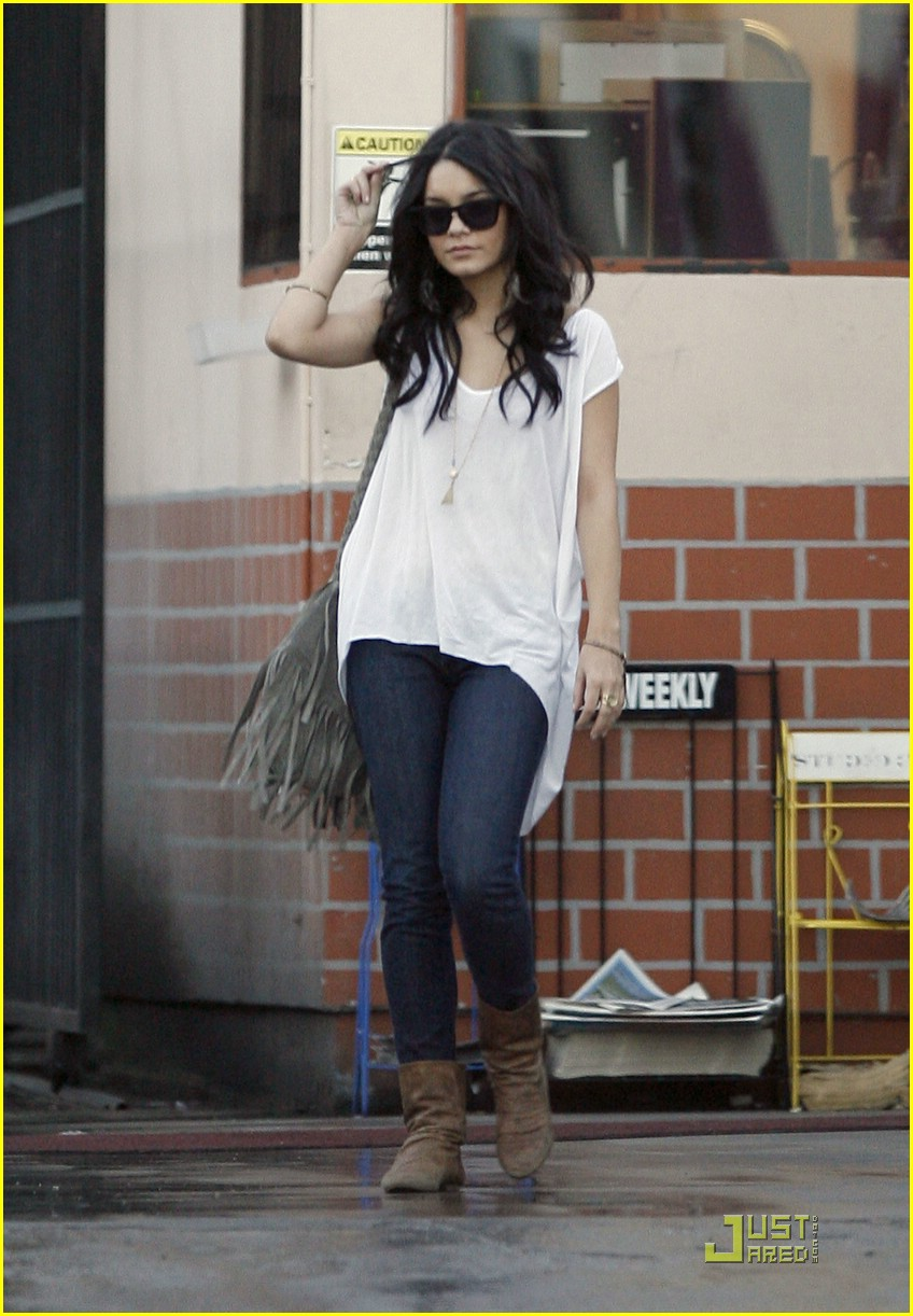 vanessa-hudgens-bed-bath-beyond-03