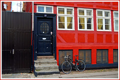 colours of copenhagen (8) (Nord-Licht) Tags: dnemark tr kopenhagen 2008 window street red fahrrad door denmark copenhagen blue fenster bycicle bej white sjlland d80 nikon soe rot rubyphotographer 1001 nights aplusphoto goldstaraward