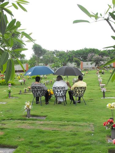 Dolientes en el Parque Cementerio Puerta del Cielo