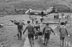 3-1962  US helicopter evacuating injured Vietnamese. par VIETNAM History in Pictures (1962-1963)